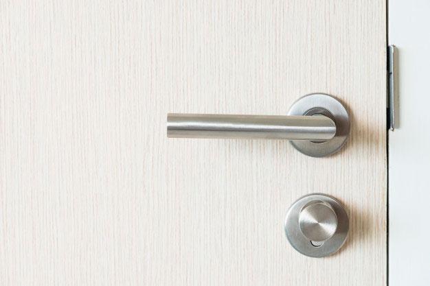 Cómo engrasar la cerradura de la puerta